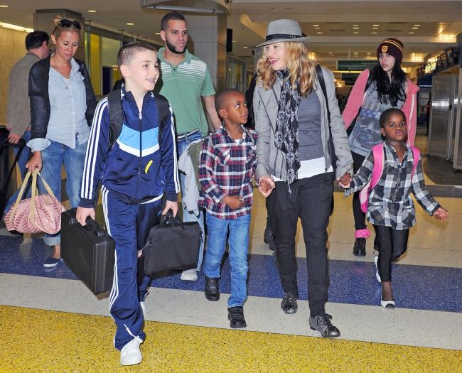 20110711-pictures-madonna-arrives-jfk-airport-new-york-07