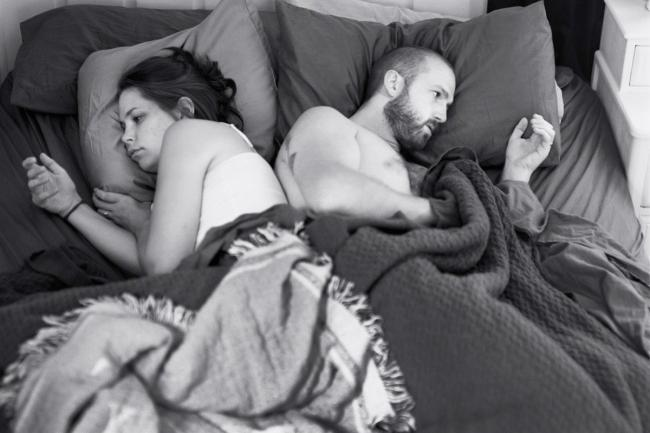 2647260-R3L8T8D-650-pickersgill-and-his-wife-often-lie-in-bed-focused-on-their-devices-for-the-photo-series-removed-he-removed-their-phones-to-show-just-how-weird-that-can-be.jpg